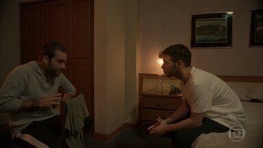 Sandro conversa com Vinícius - Ele incentiva o irmão a se entender com Raul
