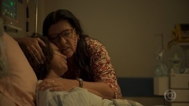 Camila recebe notícia terrível - Lurdes tenta confortar a filha