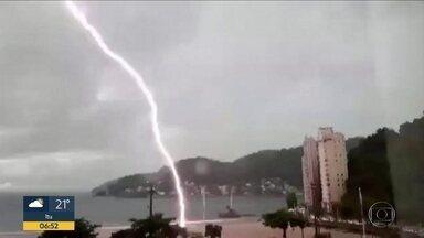 Chuva causa transtornos no litoral e no interior - Avaré registrou vários pontos de alagamento. Na região de Cubatão, teve queda de árvores na Via Anchieta.