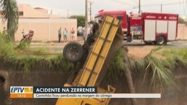 Caminhão fica pendurado em córrego de Ribeirão Preto - Acidente ocorreu na Avenida Antônio e Helena Zerrener.