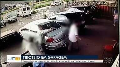 Criminosos invadem loja de carros e atiram contra clientes em Aparecida de Goiânia; vídeo - Câmeras mostram correria e pânico após os disparos no Setor Garavelo. Polícia apura caso.