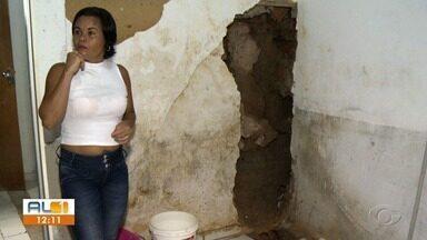 Problemas de infiltração deixa moradora assustada na Chã de Jaqueira, em Maceió - Moradora do bairro teme que sua casa desabe.