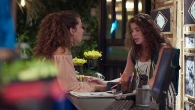 Rita comenta com Meg sobre o envolvimento de Rui e Leila - Meg conversa com a amiga sobre o apoio que tem tido de Guga e Serginho em sua gravidez