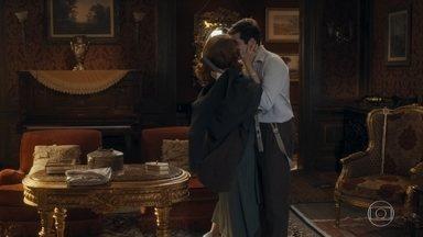Karine presenteia Alfredo com um relógio - Ele agradece, mas diz que precisa ir embora