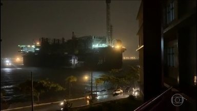 No RJ, temporal desloca plataforma da Petrobras - Dois cabos de sustentação se soltaram e a plataforma foi parar numa praia em Niterói.