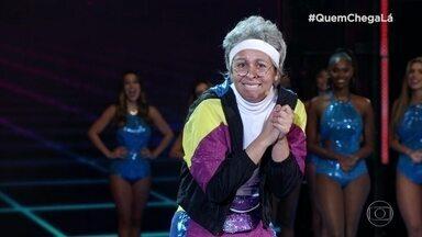 Cíntia Portella, a Dona Glória, se apresenta no 'Quem Chega Lá' - Confira a apresentação da comediante