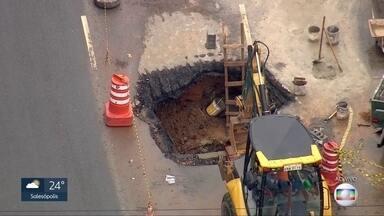 Cratera na Avenida João Dias - Problema começou depois do rompimento de uma tubulação.