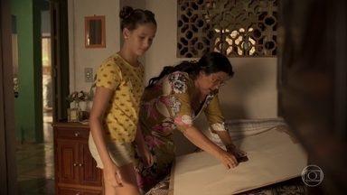 Brenda ajuda Lurdes a investigar o caso de Domênico - Babá monta um mural para visualizar o que já sabe sobre o desaparecimento do filho