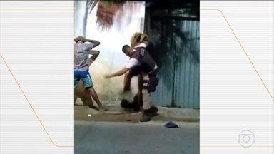 Polícia Militar da Bahia analisa vídeo em que agente agride e xinga jovem - A abordagem policial foi feita em Salvador, na noite de domingo (2). Enquanto os jovens estavam com as mãos na cabeça, o policial chamou um deles de ladrão, fez xingamentos homofóbicos e agrediu o jovem.