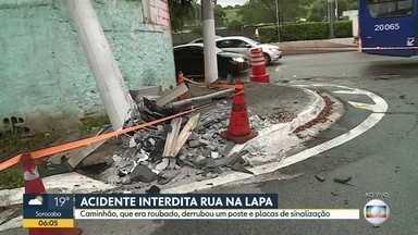 Caminhão roubado bate em posto na zona oeste - Faixa da rua dos Botocudos ficou bloqueada.