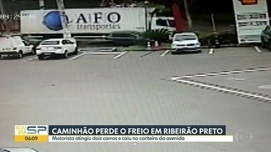 Caminhão perde o freio em Ribeirão Preto - Motorista atingiu dois carros e caiu no canteiro da avenida.
