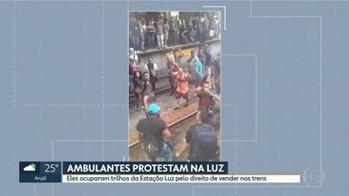 Ambulantes invadem trilhos da CPTM em protesto por direito de vender produtos nos trens - Grupo de vendedores ocupou via da Linha 11-Coral, na Estação da Luz.