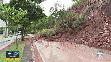 Barranco desliza no bairro Buritis após chuva em BH - Trânsito seguia impedido no trecho nesta sexta-feira (7)