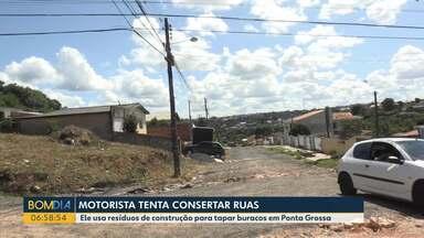 Morador de Ponta Grossa busca entulhos de caçambas para tapar buracos de ruas - Ele trabalha como motorista de van e faz isso para conseguir transitar por determinadas ruas.