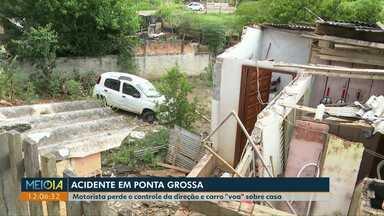 """Motorista perde o controle da direção e carro """"voa"""" sobre casa, em Ponta Grossa - A casa ficou destruída. Os moradores dormiam quando o carro caiu sobre a casa."""