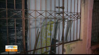 Bandido pula muro, é atacado por cachorros e detido pelos moradores em João Pessoa - Foi no bairro do Varadouro.