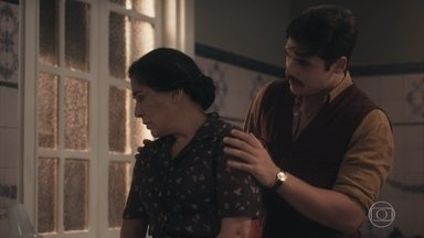 Lola faz vigília juto ao leito de Carlos - Alfredo conforta a mãe e diz que o irmão ficará bem