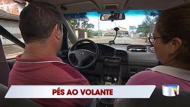Motorista deficiente de São José é exemplo de superação ao aprender dirigir com os pés - Confira