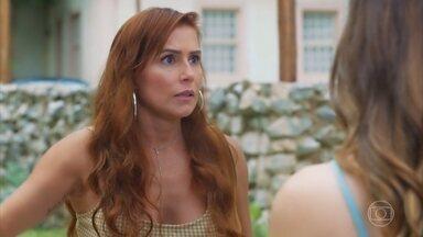 Alexia explica seu plano para a fuga - As amigas concluem que o serviço de proteção não permitirá que elas se mudem para São Paulo