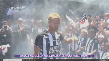 Com direito a festa da torcida, Honda é apresentado pelo Botafogo no Estádio Nilton Santos - Com direito a festa da torcida, Honda é apresentado pelo Botafogo no Estádio Nilton Santos