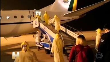 Brasileiros que moravam na China devem chegar a base aérea de Anápolis às 3h de domingo - Os voos ainda farão escala na Espanha e em Fortaleza, antes de pousarem em Goiás. O grupo será reavaliado antes de iniciar a quarentena. O Brasil tem oito casos suspeitos do novo coronavírus, nenhum confirmado.
