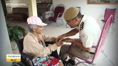 Policiais militares desenvolvem projeto para aumentar a autoestima de idosos, em Juazeiro - Policiais visitam os velhinhos em abrigo e arrumam cabelos, unhas, deixando todos mais auto-confiantes.