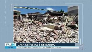 Casa de festas é demolida neste sábado, após parte do teto desabar em São Pedro da Aldeia - Três imóveis ao redor permanecem interditados. Uma nova avaliação vai ser feita na próxima segunda-feira.