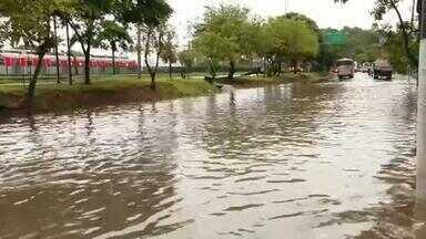 Chuva deixa Marginal Pinheiros alagada na Zona Sul de São Paulo
