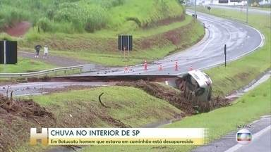 Homem que estava em caminhão, em Botucatu (SP), está desaparecido - A chuva forte também atingiu o interior de São Paulo.