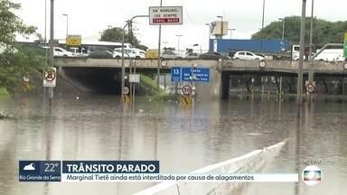 Marginal Tietê ainda está interditada por causa de alagamentos na tarde desta segunda (10) - Aeroporto de Guarulhos teve 16 voos cancelados, 12 atrasados e 20 alterados para outros aeroportos até às 14h.