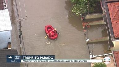 Globocop mostra imagens de São Paulo debaixo d'água e bombeiros de bote pelas ruas - Marginal Tietê continua interditada na tarde desta segunda (10). Bombeiros fazem resgate de pessoas usando botes para transitar.