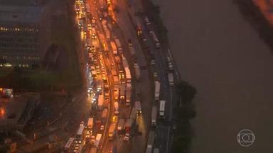 Paulistanos têm dificuldade na volta para casa após chuva na cidade - O rodízio na capital vai continuar suspenso nesta terça (11).