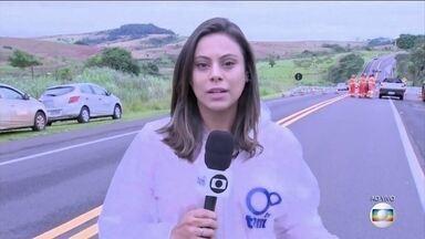 Chuva abre cratera e deixa motorista morto em Julio Mesquita, no interior paulista - Rodovia liga Ribeirão Preto a Marília. Corpo do motorista foi retirado, na manhã desta terça (11), pelos bombeiros. Desde o final de semana, chove muito no Centro Oeste paulista.