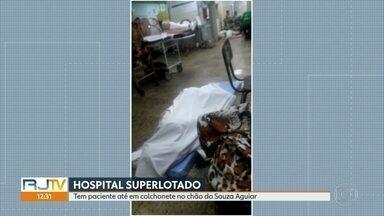 Dois pacientes estão em colchonetes no chão do Souza Aguiar - Pacientes dizem que esperam há mais de uma semana por leitos de internação