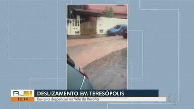 Em Teresópolis, RJ, uma barreira despenca no Vale da Revolta - Barreira despencou próxima ao acesso de duas casas.