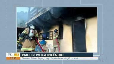 Raio atinge casa e provoca incêndio em Petrópolis, no RJ - Segundo o Corpo de Bombeiros, chovia no momento em que a descarga elétrica atingiu o imóvel. Não houve feridos.