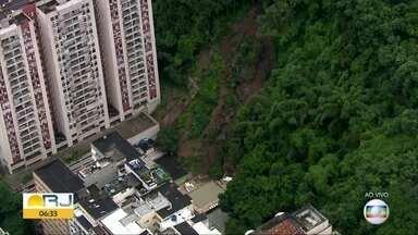 Encosta desliza e atinge área de lazer de prédio no Leme - Deslizamento ocorreu em encosta do Morro da Babilonia. Não houve vitimas.