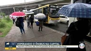 BDSP mostra problemas em pontos de ônibus da capital - SPTrans diz que são 19,5 mil paradas de ônibus em São Paulo. Em Itaquera, passageiros esperam na chuva.
