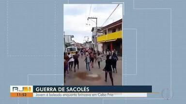 Brincadeira de 'Guerra de Sacolé' causa tumulto em bairro de Cabo Frio, no RJ - Polícias foram acionados para conter a brincadeira e fez disparo acidental. Segundo moradores, um adolescente foi atingido. Caso ainda não foi confirmado pelos policiais.