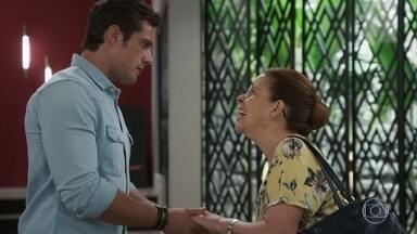 Lúcia pede demissão e revela a Renzo que vai embora - Ela exige que o rapaz explique origem do dinheiro que ganhou e desconfia de que ele trabalha com Dominique