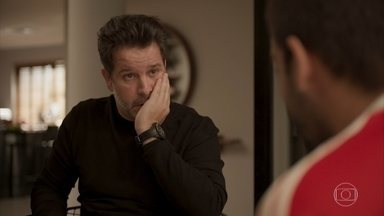 Sandro explica sua situação para Raul, que apoia o filho - O empresário tranquiliza o filho após saber de roubo