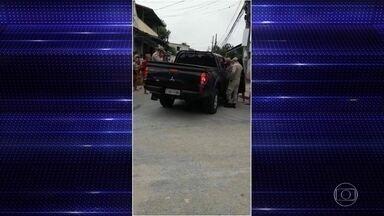 Policial federal morre em troca de tiros com bandidos na zona oeste do Rio - O policial e um colega faziam uma diligência na Favela do Rola, em Santa Cruz, quando começou um tiroteio. Uma bala atingiu Ronaldo Heeren ainda dentro do carro. A PF investiga o crime.