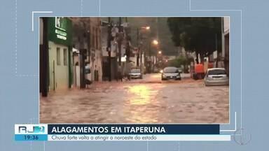 Vários pontos de Itaperuna, RJ, registram alagamentos por causa da chuva forte - O rio Muriaé transbordou na Beira Rio e no Centro. O nível da água atingiu 4,18 metros.
