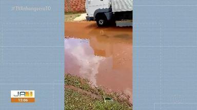Água empoçada esconde buracos que podem provocar acidentes em avenida no Aureny III - Água empoçada esconde buracos que podem provocar acidentes em avenida no Aureny III