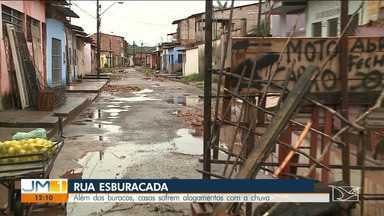 Chuvas provocam prejuízos em casas na Rua da Alegria em São Luís - Local está cheio de buracos causados pelo tráfego de veículos pesados que levam material para a reforma de uma feira na região.