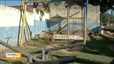 Criança morre após brinquedo de parquinho cair sobre ela em MS - Ela estava com familiares e outras crianças no local.