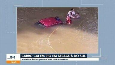 Carro cai em rio de Jaraguá do Sul - Carro cai em rio de Jaraguá do Sul