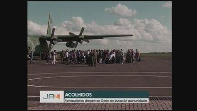 Grupo de venezuelanos chega a Chapecó; veja como foi desembarque - Grupo de venezuelanos chega a Chapecó; veja como foi desembarque