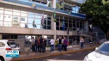Manifestantes em Presidente Prudente fazem protesto em frente ao INSS - Eles cobram soluções para a fila de espera de pedidos de benefícios.