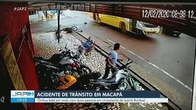 VÍDEO: Ônibus bate em moto com duas pessoas em cruzamento de Macapá - Caso aconteceu na quarta-feira (12), no bairro Buritizal.